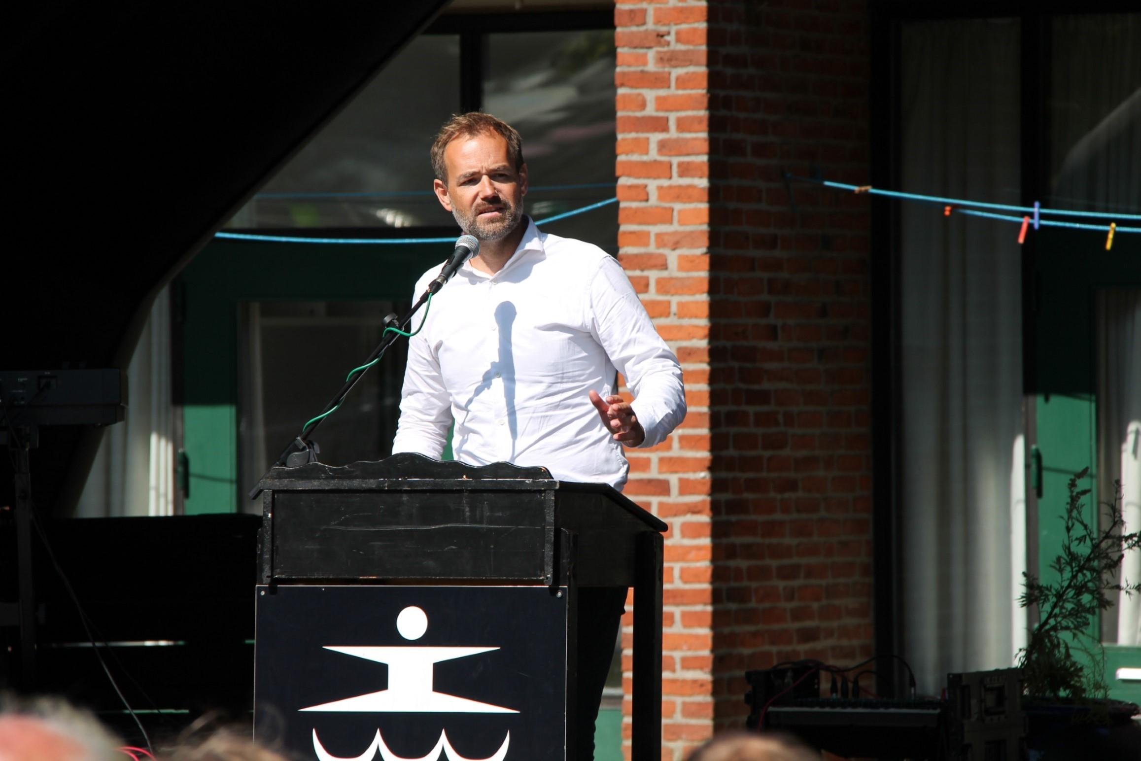 Jacob Bundsgaard holder tale til Ligeværds jubilæumsreception